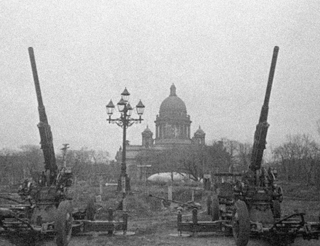 Anti-aircraft guns guarding the sky of Leningrad.
